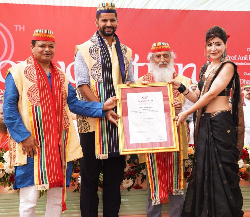 ओलंपियनहॉकी खिलाड़ी रुपिंदर पाल सिंह को डी. लिट की मानद उपाधि प्रदान करते हुए ग्राफिक एरा के अध्यक्ष डॉ कमल घनशाला, एआईसीटीई के चेयरमैन डॉ अनिल डी. सहस्रबुद्धिऔर ग्राफिक एरा के मैनेजमेंट की पदाधिकारी राखी घनशाला।
